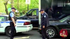 国外恶搞:警察贪玩舞警棍,飞棍打烂警车玻璃