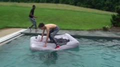国外小伙恶搞哥哥,将熟睡中的哥哥丢进泳池?