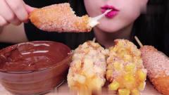 吃播:韩国美女吃货试吃芝士热狗棒,蘸上巧克