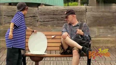 国外爆笑街头恶搞:公园长椅变身男子马桶,惊讶路人慌忙起身