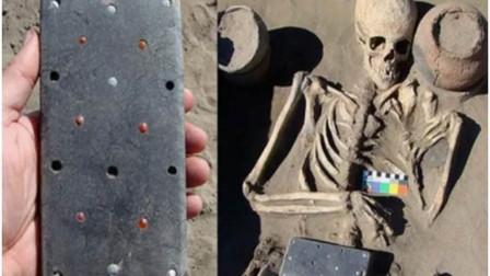 俄罗斯考古学家在一座2100年前的古墓中,发掘出