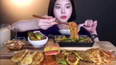 吃播:韩国美女吃货试吃韩式杂烩菜,配上酸萝