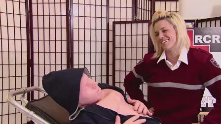国外奇葩恶搞,女士邀请路人学习心脏复苏,结果路人吓坏了