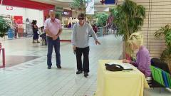 国外街头恶搞,路人给盲人指路,结果发现盲人