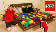 国外小哥恶搞妹妹,让她躺在乐高做的床垫上!