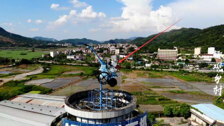 广西乡村高楼发现一台拖拉机,网友:这广告创