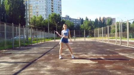 俄罗斯小姐姐美腿热裤舞蹈模仿 MOMOLAND《*AAM》