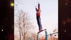 家庭幽默录像:看大爷们的霸气健身,小公园里