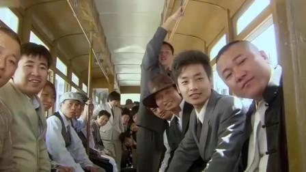 美女刚上公交车,所有人都盯着她裙子看,不料低头一看美女懵了!