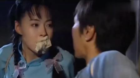 美女跟小伙被绑住手脚,相互咬掉嘴里的布塞,忍不住热吻了起来