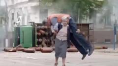 创意广告:八十岁老太还能扛起一个人这创意太