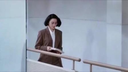 为了吸引美女老师的注意,星爷想出了人体广告