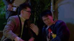 星爷正和酒吧美女跳舞,却遭大傻哥抓住,这是