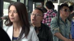 美女在公交车上被搭讪,老公假装不认识上去就