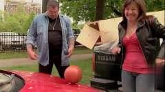 爆笑恶搞:路人帮忙挪箱子,结果掉出一颗铅球