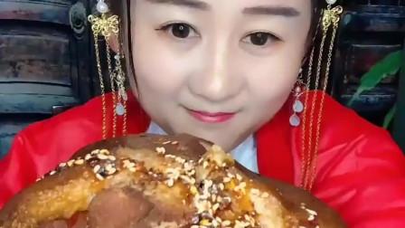 大胃王:美女吃东西好有仪式感!吃个大肘子还