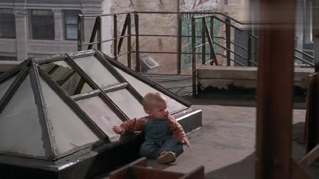 小鬼当街:宝宝爬上阳台恶搞绑匪,看一次笑一