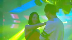 都市剧:美女总裁酒吧跳舞,皮衣外套一脱,男