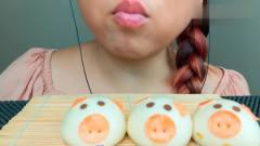 韩国吃播:美女吃播流沙包早餐,小猪造型超可