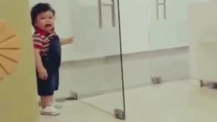 男孩撞倒玻璃,瞬间哭出惊天动地的气势,妈妈