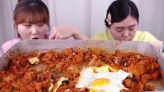 韩国美女自己做辣白菜炒饭,妹妹颜值超高,网