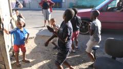 实拍南非贫民窟,小孩迎着音乐来段尬舞