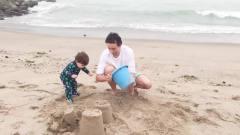 16.夏天在呼唤!婴儿玩水搞笑视频