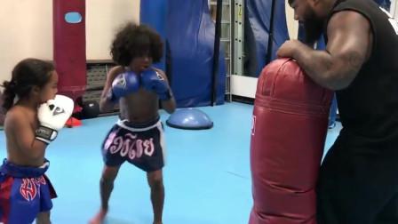 爆笑!小孩拳击训练的最高境界 男孩:我上辈子