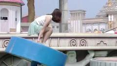 勇者大冲关:一个个长腿美女连续落水,救生员
