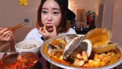 韩国吃播:美女吃播吃香辣海鲜,贝肉很鲜甜超