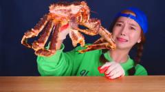 韩国美女吃帝王蟹,样子虽说夸张,但是是真能