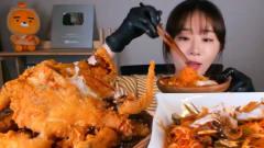 韩国大胃王美女吃炸全鸡,整只炸鸡用手撕着吃