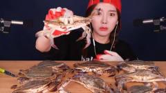 韩国美女生吃螃蟹,一脸享受的样子,一般人不
