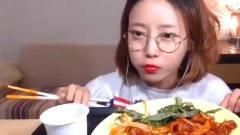 韩国大胃王美女来吃播了,吃无骨肉,蘸着辣酱