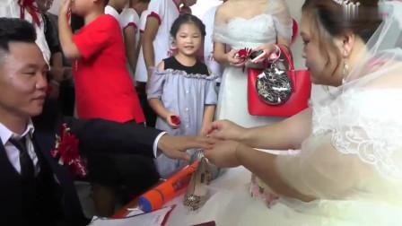 广东一姑娘出嫁,有点胖,脖子上挂满了红包,