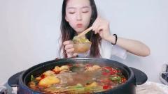 美女吃还在锅里滚的麻辣烫,一口接一口吃得真