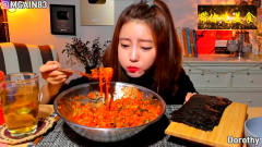 美女吃播 ,韩国欧尼妹子吃泡菜辣酱饭,放片海