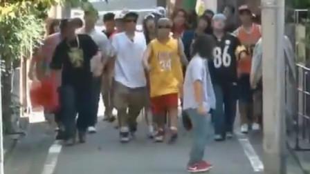 国外恶搞:街头碰到了百人团战,被吓得掉头就跑