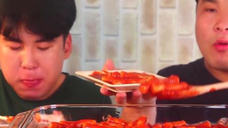 大胃王:胖哥吃猎奇炒年糕,和弟弟一块吃真过
