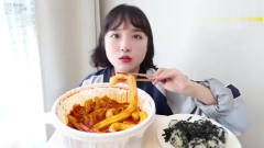 韩国美女吃一碗辣粉耗子,吃的美滋滋的,看着