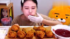 韩国美女大胃王吃,吃美味炸鸡,蘸着酱,吃的