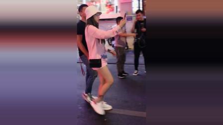 越南街头发现美女小姐姐,不停拿手机自拍,好