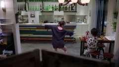 大叔饭后洗碗,女孩回忆钢管舞给他看,一抬脚