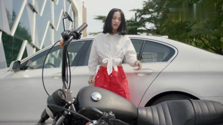 美女开豪车,不小心撞倒了摩托车-你说你就俩轮