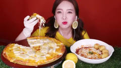 吃播:韩国美女吃货试吃水果披萨,配上柠檬甜