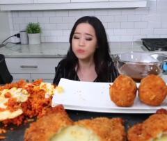 美女大胃王吃韩国芝士球泡菜炒饭,大口塞,超