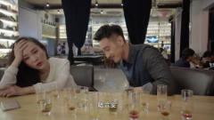 俩小伙都在酒吧陪美女,不料俩美女居然是两姐