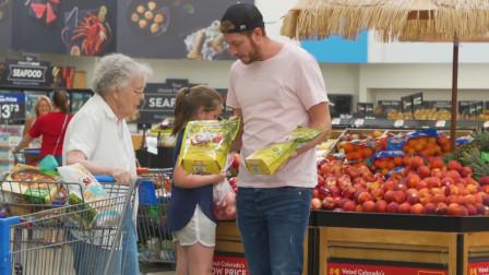 老外超市恶搞,拿同样的商品问路人哪个好,路
