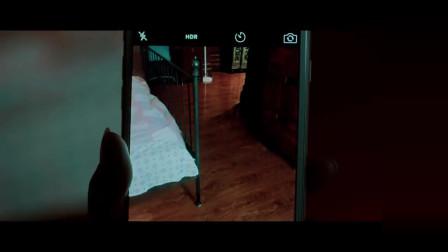 《碟仙》恐怖片段:美女在家自拍发现异常, 照片