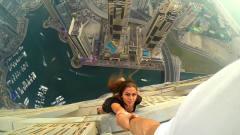 美女为出名不要命,在迪拜310米高楼边缘,玩起